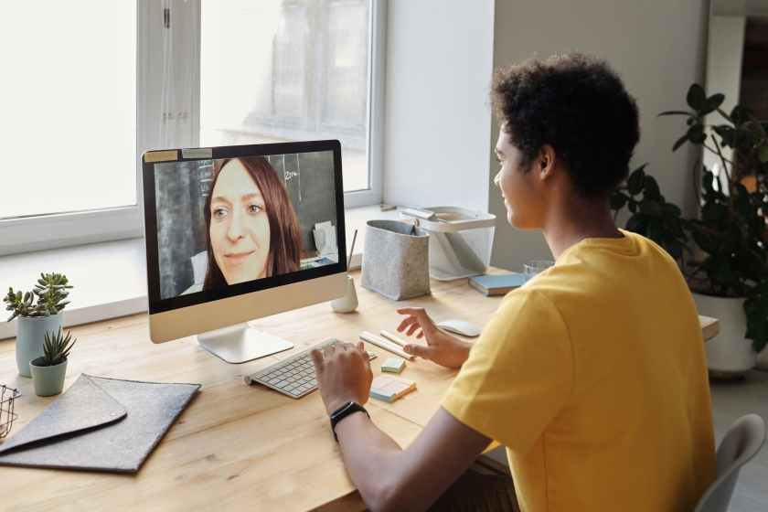 femme bureau internet etre assis